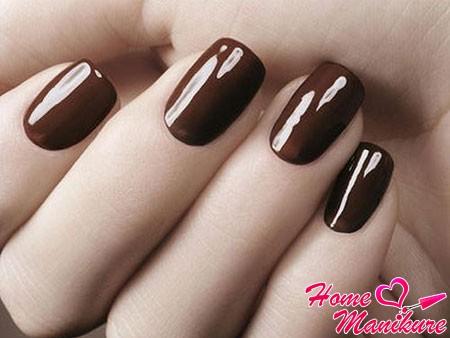 темно-коричневый маникюр с глянцевым отблеском