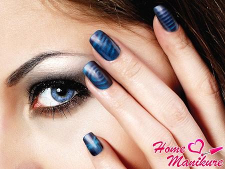 темно-синий нейл-арт на ногтях девушки