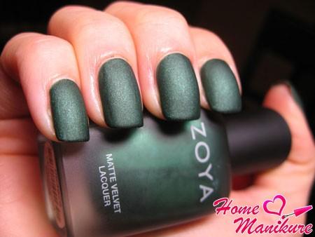 темно-зеленый матовый лак для ногтей zoya