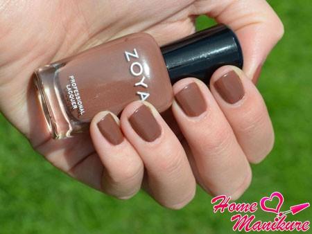 теплый коричневый лак на ногтях