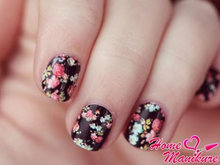 великолепная цветочная роспись коротких ногтей