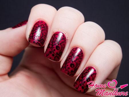 великолепный черный рисунок на винных ногтях