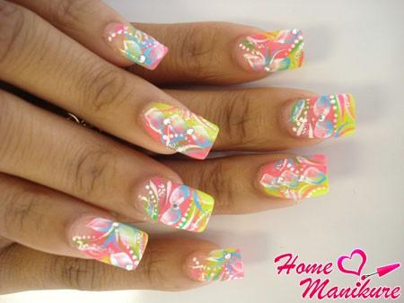 яркий дизайн ногтей в стиле абстракции