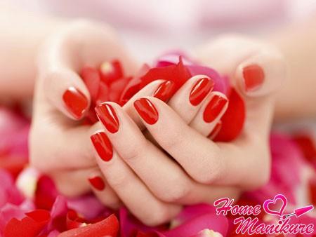 ярко-красный маникюр на овально-квадратных ногтях