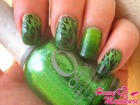 зеленый градиентный маникюр с черным декором