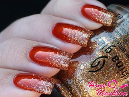 золотой глиттер на красных ногтях