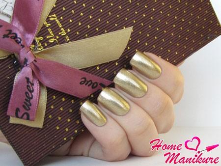 золотой металлический маникюр