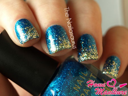 золотые блестки на кончиках ногтей