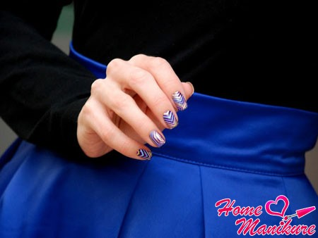 абстрактные 3d наклейки на ногтях девушки