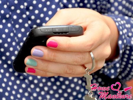 аккуратный разноцветный дизайн ногтей