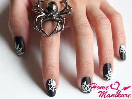 белая паутина на черно-матовых ногтях