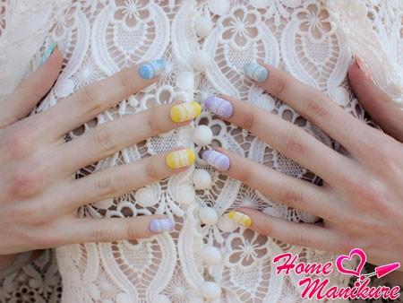 белое кружево на пастельных ногтях