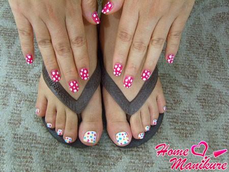 белый горох на розовых ногтях рук
