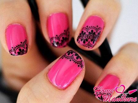 черное кружево на малиновых ногтях
