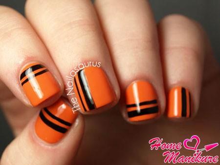 черные полоски на оранжевых ногтях