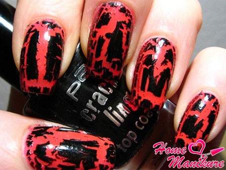 черный кракелюр на коралловых ногтях