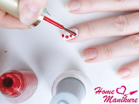 четыре капли красного лака на ногте