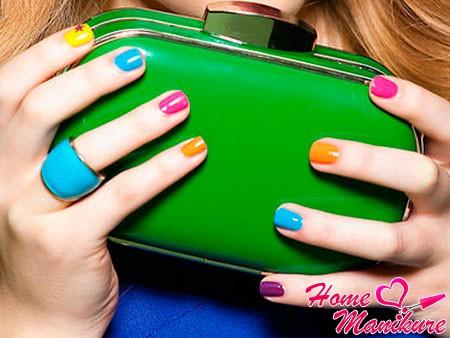 цветные короткие ногти на руках девушки