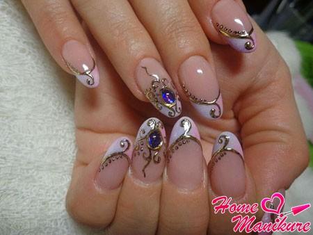 дизайн с литьем и жидкими камнями на нарощенных ногтях
