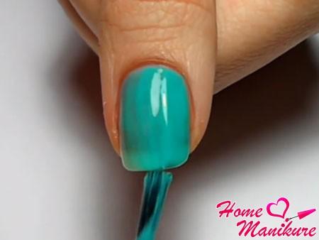 два слоя бирюзового лака на ногте