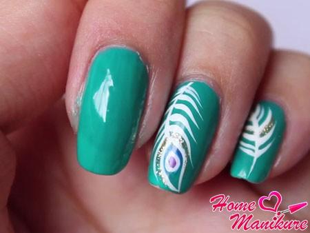 два слоя зеленого лака на ногте