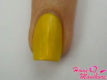 два слоя желтого лака на ногте