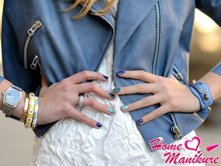 гармоничное сочетание разноцветного маникюра и гардероба