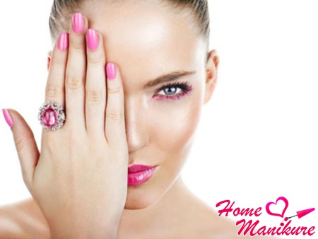 гармония розового маникюра и макияжа