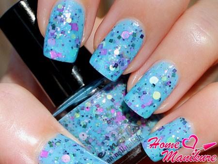 голубой лак на ногтях с крупным глиттером