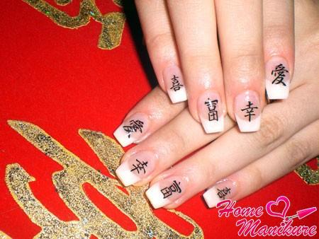 китайские иероглифы на белом френче