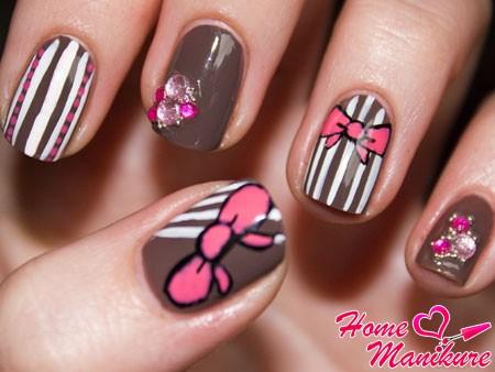 классный коричневый нейл-арт с розовыми бантиками