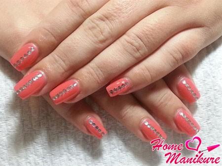 коралловый дизайн ногтей со стразами
