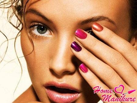 красивая девушка с разноцветными ногтями