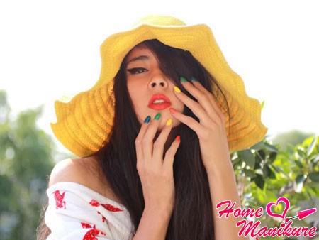 красивая радуга на ногтях девушки