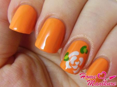 красивый белый цветок на оранжевых ногтях