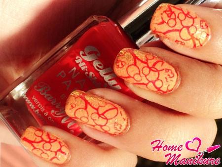 красные узоры на персиковых ногтях