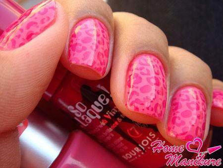 леопардовый нейл-арт в розовом цвете