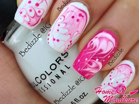 малиново-белая абстракция на ногтях