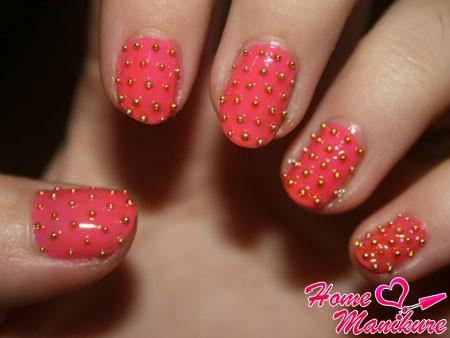 металлические икринки на коралловых ногтях