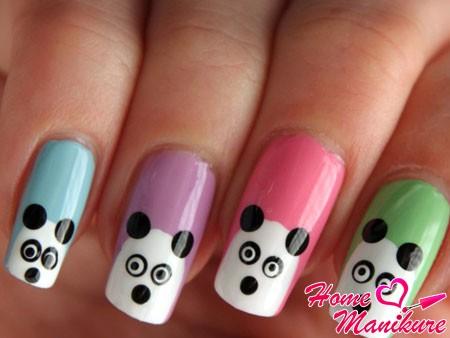 мордочки панд на разноцветных ногтях