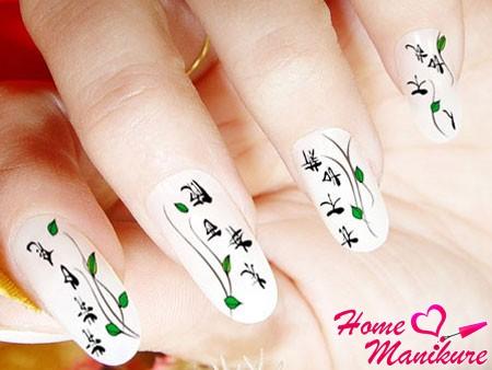 небольшие черные иероглифы на белых ногтях