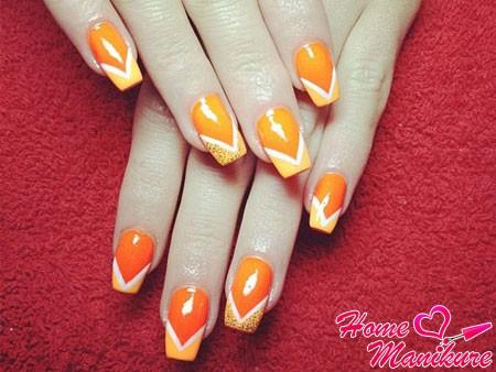 оранжевый дизайн ногтей с белыми линиями