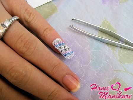 правильное расположение наклейки на ногте