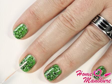 простой и стильный зеленый маникюр