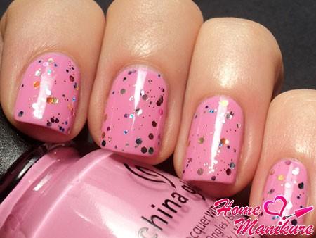 простой розовый маникюр с глиттером