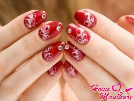 простые белые узоры на красных ногтях