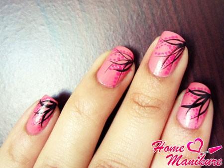 простые черные рисунки на розовых ногтях