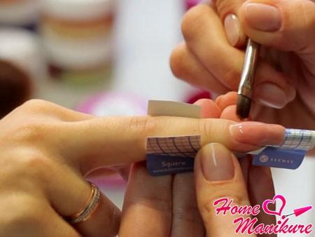 распределение камуфляжного геля по ногтю