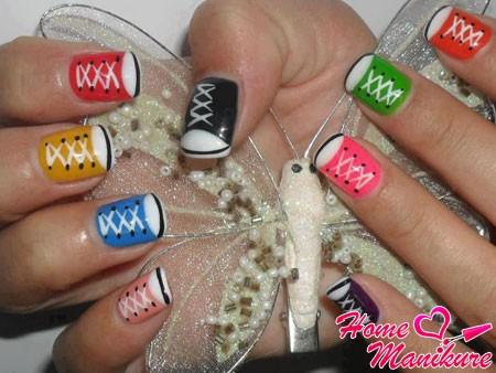 разноцветные кеды на ногтях