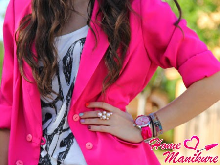 разноцветный маникюр под ярко-розовый пиджак